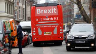Le bus de campagne anti-Brexit à Londres, le 21 février 2018.