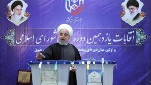 Shugaban Iran Hassan Rouhani a yayin kada kuri'arsa a birnin Tehran