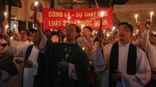 Giáo dân tại giáo xứ Thái Hà, Hà Nội thắp nến cầu nguyện cho luật sư Lê Quốc Quân ngày 30/06/2013.