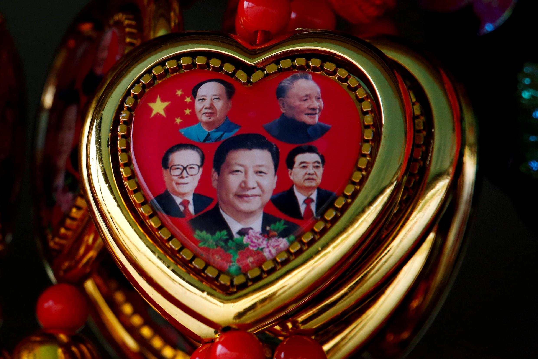Chân dung ông Tập Cận Bình bên cạnh các vị lãnh đạo Trung Quốc khác, trên một món đồ lưu niệm, từ Mao Trạch Đông, Đặng Tiểu Bình, Giang Trạch Dân và Hồ Cẩm Đào.