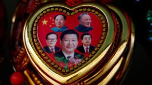 Chân dung ông Tập Cận Bình nổi bật lên hàng đầu, với đằng sau là các lãnh đạo Trung Quốc khác, trên một món đồ lưu niệm (từ Mao Trạch Đông, Đặng Tiểu Bình, Giang Trạch Dân và Hồ Cẩm Đào).