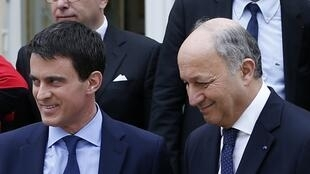 French Foreign Affairs Minister Laurent Fabius (L) with Prime Minister Manuel Valls after the first meeting of the new cabinet