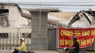 Nhà máy Đài Loan ở Bình Dương treo biểu ngữ để tránh bị đốt phá - REUTERS /Stringer