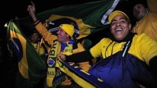Torcedores brasileiros festejam durante Copa do Mundo realizada na África do Sul, em 2010.