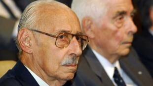 El ex dictador Jorge Videla (izquierda) escucha el fallo junto al ex general Luciano Benjamín Menéndez, el 22 de diciembre de 2010 en la provincia de Córdoba.