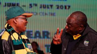 Entre Jacob Zuma (G) et Cyril Ramaphosa (D) les couteaux sont tirés (ici lors d'une conférence nationale de l'ANC fin juin 2017).