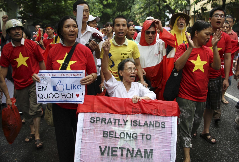 Bà Lê Hiền Đức tại cuộc biểu tình ở Hà Nội ngày 01/07/2012 chống Trung Quốc gây hấn và ủng hộ Luật Biển của Việt Nam.