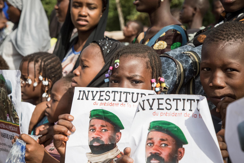 Wafuasi wa Kanali Assimi Goïta, Juni 7 huko Bamako, wakati wa sherehe ya kuapishwa kwa kiongozi huyo.