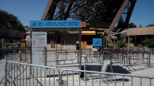Letreiro anuncia entrada fechada na Torre Eiffel após greve de funcionários, 2 de agosto de 2018