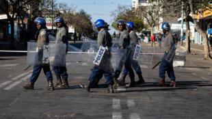 Des officiers de police patrouillent dans les rues de Bulawayo au Zimbabwe, le 19 août 2019.