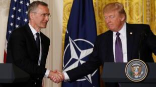 Tổng thống Mỹ Donald Trump (P) họp báo với tổng thư ký NATO Jens Stoltenberg, Nhà Trắng, ngày 12/04/2017.