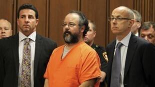 Ariel Castro (C) entouré de ses avocats Craig Weintraub (G) et Jaye Schlachet, lors de la lecture de la condamnation par le juge Michael Russo, Cleveland, le 1er août 2013.