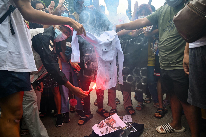 Manifestantes prodemocracia queman un uniforme militar en Rangún (Birmania), el 3 de julio de 2021