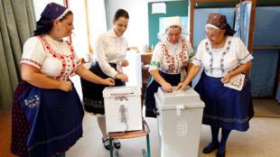 Des Hongroises en costume traditionnel lors du scrutin du référendum antimigrants à Veresegyház, ce dimanche 2 octobre 2016.