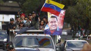 Partidários do presidente da Venezuela Hugo Chávez se dirigem ao hospital militar em 20 de fevereiro de 2013.