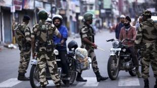 Binh lính Ấn Độ đi tuần tra và tiến hành các hoạt động kiểm soát trên các đường phố ở Jammu, vùng Cachemire, ngày 05/08/2019.