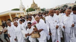 Người dân để tang cựu hoàng Norodom Sihanouk tập họp trước Hoàng cung tại Phnom Penh ngày 15/10/2012.