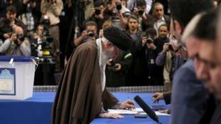Le Guide suprême iranien Ali Khamenei a voté, ce vendredi 26 février à Téhéran, pour les législatives et l'Assemblée des experts, qui sera un jour chargée de choisir son successeur..
