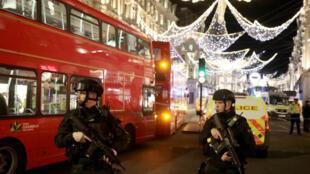 Des policiers armés stationnés sur Oxford Street à Londres.