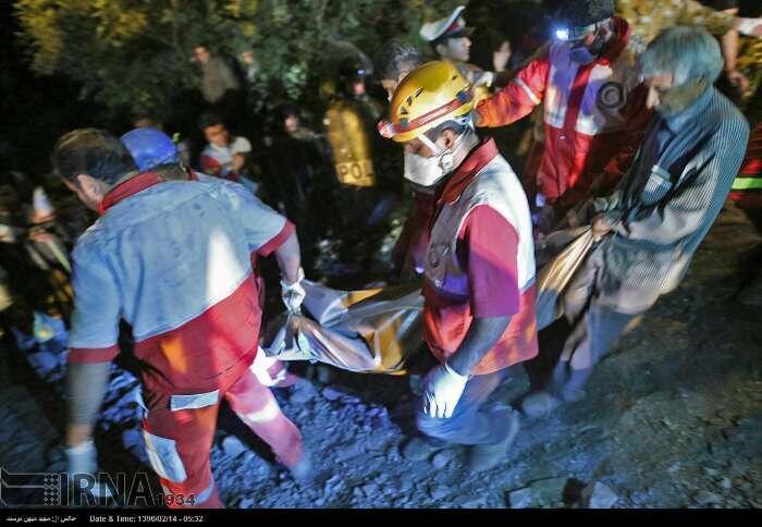 امدادگران حین حمل اجساد معدنچیان معدن زغال استان گلستان