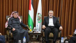 Le chef du Hamas Ismail Haniyeh a rencontre l'envoyé qatari Mohammed Al-Emadi à Gaza, le 24 janvier 2019.
