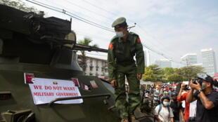 Birmanie - Manifestations - Rangoon - Militaires 2021-02-15T063525Z_311689117_RC2USL99BZMB_RTRMADP_3_MYANMAR-POLITICS