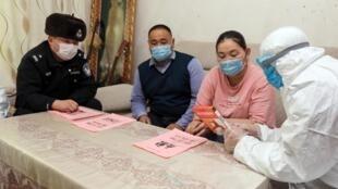 Des policiers chinois en visite chez des résidents de la ville d'Altay - Xinjiang.