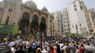 Manifestantes islamitas sitiados na mesquita de Al-Fath, no Cairo, neste sábado, dia 17 de agosto.