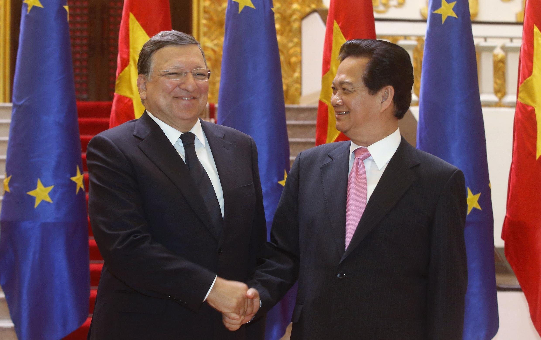 Chủ tịch Ủy ban Châu Âu Jose Manuel Barroso (trái) hội kiến Thủ tướng Việt Nam Nguyễn Tấn Dũng tại trụ sở chính phủ, Hà Nội, 25/08/2014.