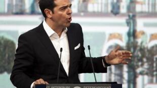 O primeiro-ministro grego em São Petersburgo, na sexta (19).