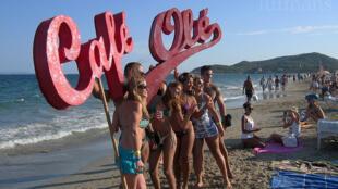Jovens se divertem no famoso balneário de Ibiza, na Espanha.