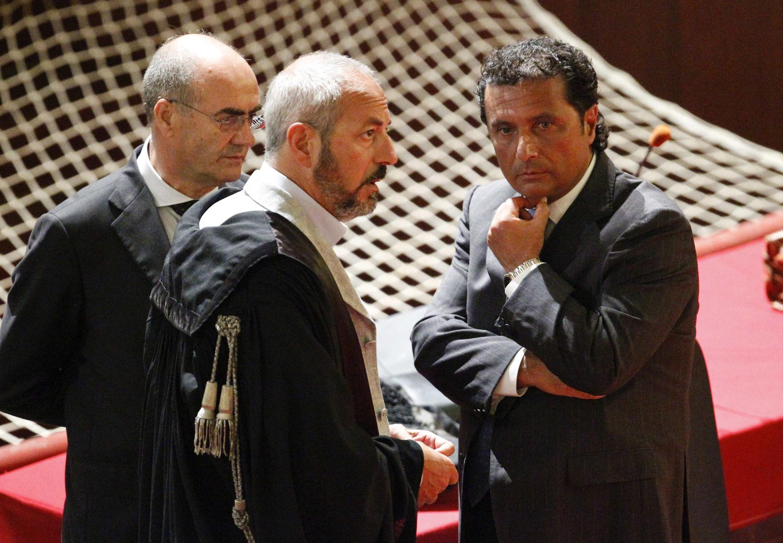 Francesco Schettino (dir.), durante seu julgamento no último dia 17 de julho de 2013.
