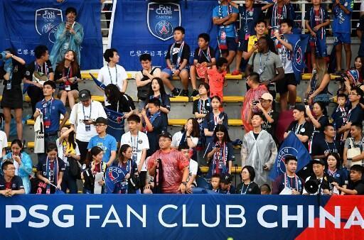 Des supporters chinois du PSG durant une session d'entraînement au centre de Xixian à Shenzhen, le 1er aout 2019.