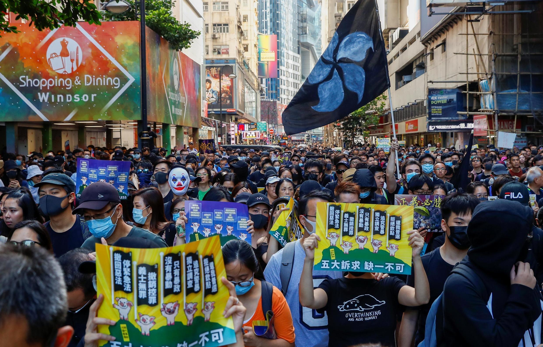 Militantes ignoraram a proibição do governo e ocuparam as ruas de Hong Kong neste sábado (2).