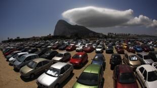 Estacionamento perto da fronteira onde motoristas espanhóis deixam seus carros antes de entrar em Gibraltar (ao fundo), em foto do dia 9 de agosto de 2013.
