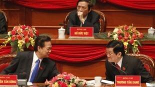 Ông Nguyễn Tấn Dũng (trái) Trương Tấn Sang tại Đại Hội XI