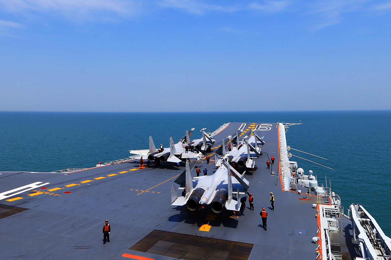 Các máy bay chiến đấu J15 trên hàng không mẫu hạm Liêu Ninh của Trung Quốc trong một cuộc tập trận. Ảnh chụp ngày 24/04/2018.