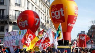 Des ballons du syndicat français CGT flottent autour d'une manifestation avec des syndicats français et des responsables des  «gilets jaunes» dans le cadre d'une journée nationale de grève et de manifestations à Paris, le 5 février 2019.