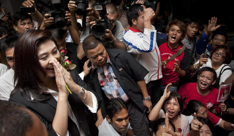 Yingluck Shinawatra celebra su victoria.