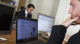 Một nhân viên giao dịch cổ phiếu tại Madrid. Ảnh chụp ngày 02/08/2012.