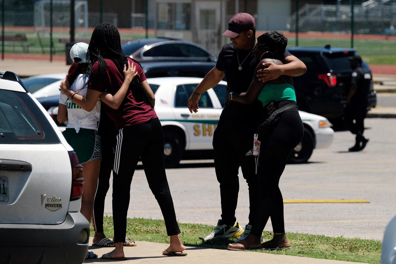 Un groupe de jeunes gens s'étreignent devant le lycée fréquenté par Brandon Webber, le jour où il a été abattu par un agent de police à Memphis, dans le Tennessee (États-Unis), le 12 juin 2019.