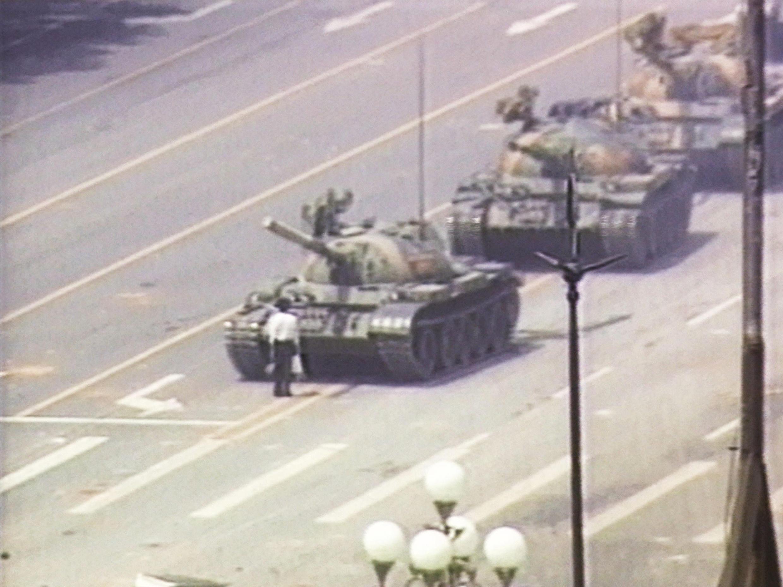 Le «tank man» de la place Tiananmen, un homme seul face aux chars de la répression le 4 juin 1989 (capture vidéo).
