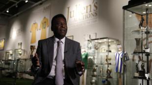 Pelé faz leilão em Londres com mais de 2000 peças de artigos pessoais