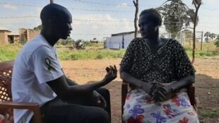 Agustino Ayom, formé au soutien psychologique par le CICR, discute avec Elisabeth Nuor, victime de violences pendant la guerre.
