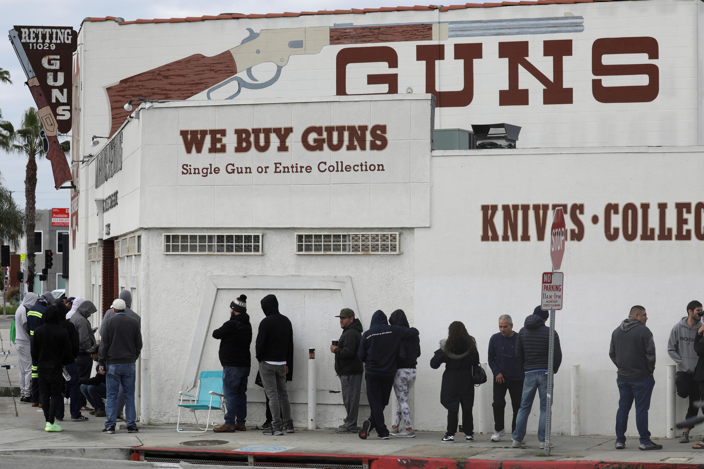 В США после введения «карантинных мер» растут продажи оружия. На фото: магазин в Калвер-Сити (Калифорния).