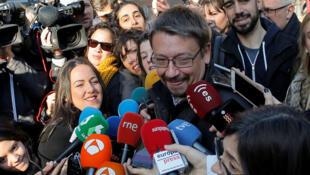 Xavier Domenech, dirigeant d'En Comu Podem, s'adresse aux journalistes après avoir voté lors des élections régionales de Catalogne dans un bureau de vote à Barcelone, en Espagne, le 21 décembre 2017.
