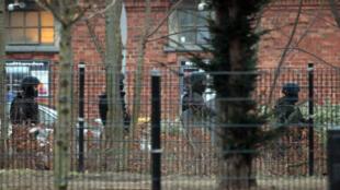 Policiais protegem os arredores do prédio que foi alvo do ataque neste sábado, em Copenhague.