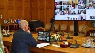 Le secrétaire général de la Ligue arabe Ahmed Abul Gheit face aux ministres arabes des Affaires étrangères, le 23 juin  2020 au Caire.