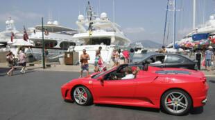 Saint-Tropez, na região de Côte dAzur, conhecida como a riviera Francesa, esbalda iates de luxo e barcos monumentais de franceses e estrangeiros. Foto de 06/08/08