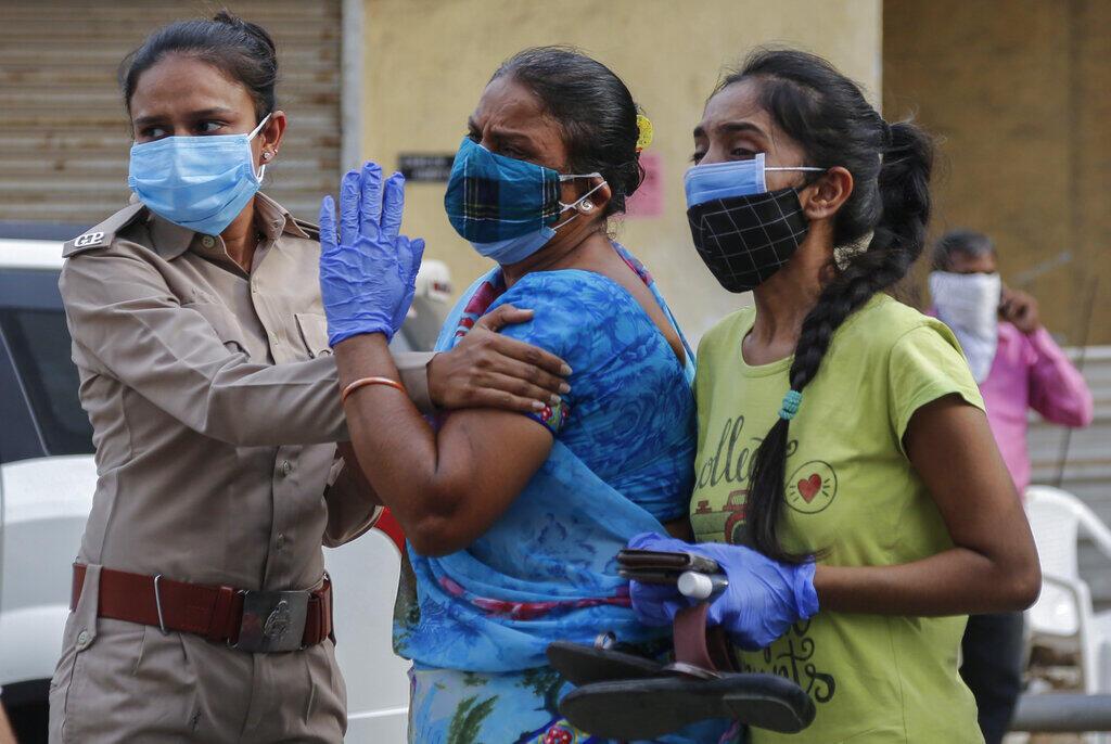 Người nhà bệnh nhân Covid-19 chờ đợi tuyệt vọng ngoài một bệnh viện  Ahmedabad, ngày 27/04/2021